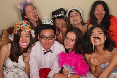 Jordy and seven friends posing for the photo booth